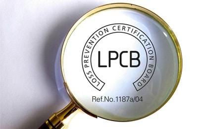 La certification LPCB : une procédure rigoureuse pour garantir la résistance face au feu et aux intrusions